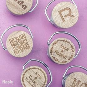 Laserování jména, monogramu i jedoduché grafiky na uzávěr nerezové termoláhve na pití.