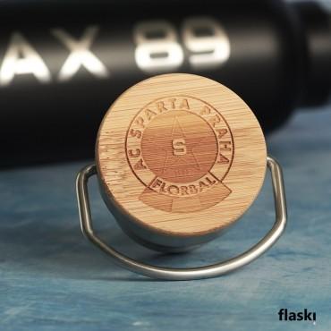 Originální a praktický dárek se jménem a logem florbalového klubu, vygravírovaného na nerezovou termoláhev