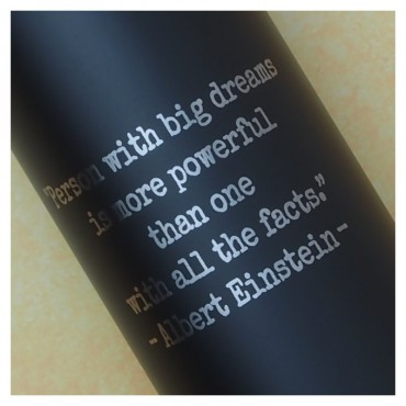 Detail gravírování textu na černou termoláhev o objemu 600 ml.