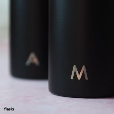 Nerez termosky s potiskem monogramu jsou elegantním a praktickým dárkem pro syna a dceru.