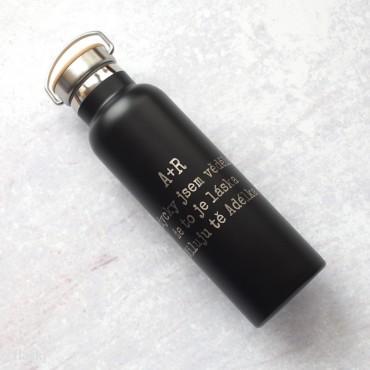 Černá nerezová láhev na pití s gravírováním vlastního motivu na přání.