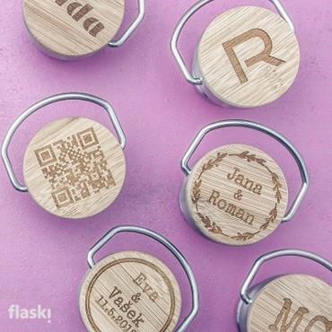 Nerezový uzávěr termosky s bambusovou destičkou, na kterou Vám rádi vylaserujeme jméno, QR kód, krtáký text či jméno.