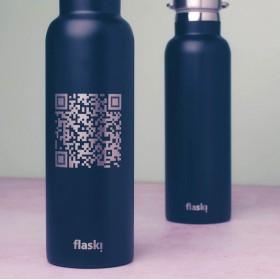 Růžová flaška s laserováním QR kódu, do kterého můžeš uložit tvůj web, e-mail, telefon i vše dohromady.