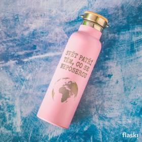 Růžová láhev na pití s potiskem textu Svět nepatří těm, co se poserou.