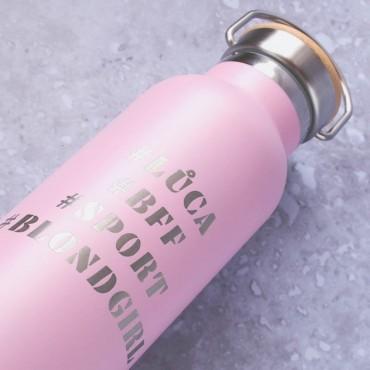 Dárek pro kamarádku s textem gravírovaným na růžovou termoláhev na pití.