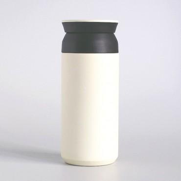 Bílý nerezový termohrnek na kávu, čaj i ledovou limonádu, na který si můžete nechat zvěčnit monogram, jméno i vlastní motiv.