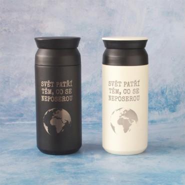 Černý a bílý nerezový termohrnek Travel Tumbler 350 ml s potiskem /gravírováním/ motivu Svět patří těm, co se neposerou.