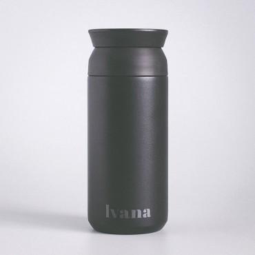 Černá cestovní nerezová termoska Travel Tumbler se jménem jako stylová a ekologická volba v minimal designu.