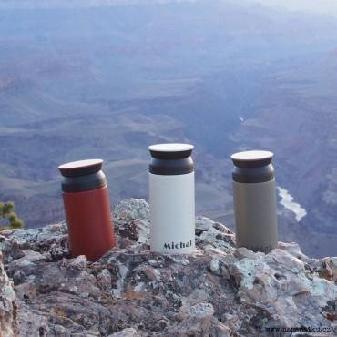 Červený nerezový termohrnek 350 ml se speciálním 360° víčkem a gravírováním jména dle Vašeho návrhu
