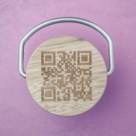 QR kód vylaserovaný na bambusovou destičku uzávěru nerezové termoláhve
